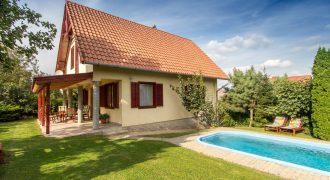 Éva medencés nyaralóháza Fö3 – Balatonföldvár